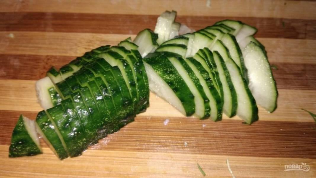 4. В самую последнюю очередь нарезается свежий огурец. Это делается для того, чтобы салат не напитался влагой слишком быстро (огурец быстро пускает воду).