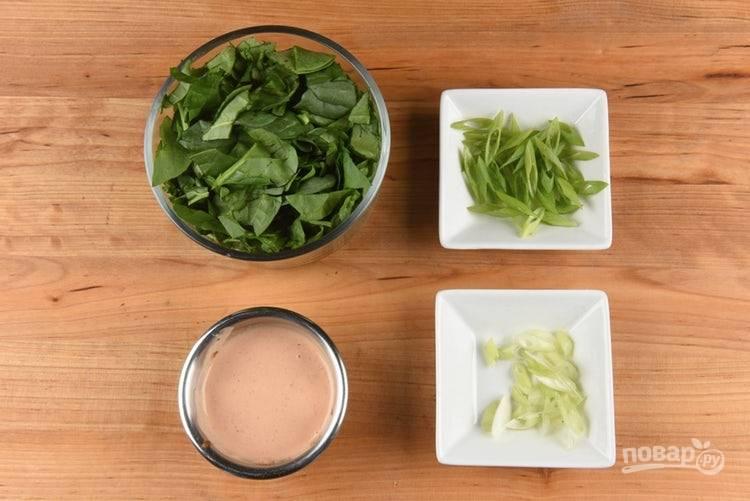 2. Пока картофель готовится, нашинкуйте отдельно зелёную и белую часть лука. Шпинат нарвите. Соус перемешайте с майонезом.