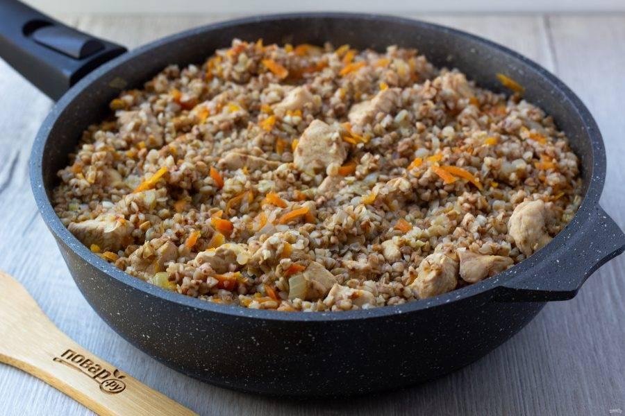 Затем выключите плиту и дайте блюду постоять под крышкой ещё 5-10 минут.
