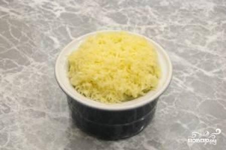 5.Сыр натрите на мелкой терке и посыпьте им пюре в формах. Следите, чтобы сыр не попал на свободные края формы, а то он может пригореть во время приготовления.