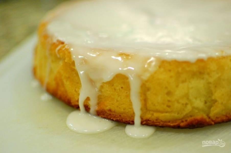 11.Когда пирог уже остыл, переложите его на тарелку и полейте глазурью. Подавайте его теплым или после остывания.