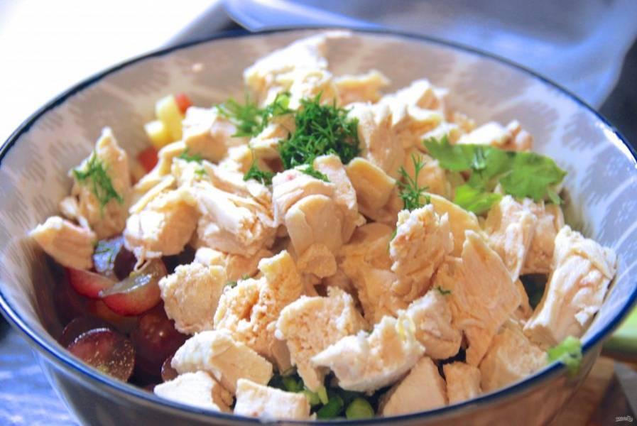 Отварите в подсоленной воде грудку до готовности в течение 20-25 минут. Как только она остынет, нарежьте её небольшими кусочками и добавьте в салат вместе с измельчённым укропом.