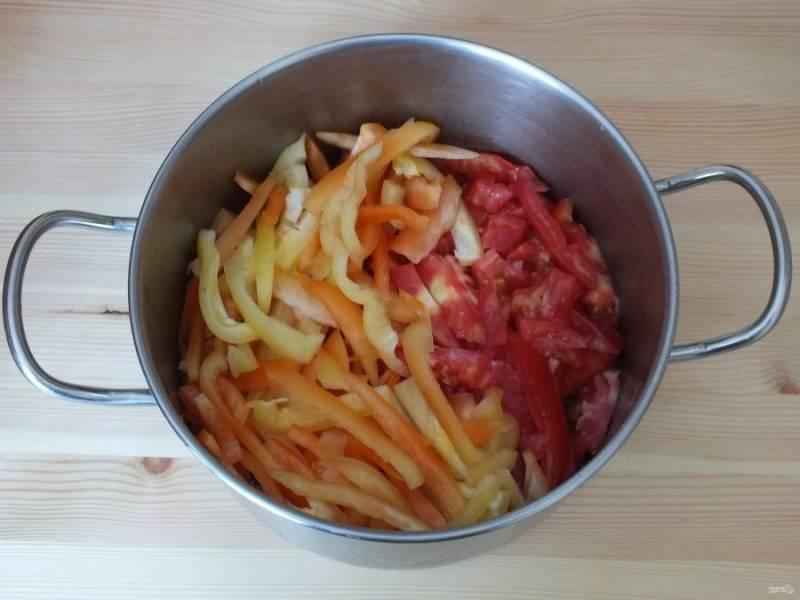 Нарежьте перец и помидоры соломкой. Переложите в кастрюлю с толстым дном.