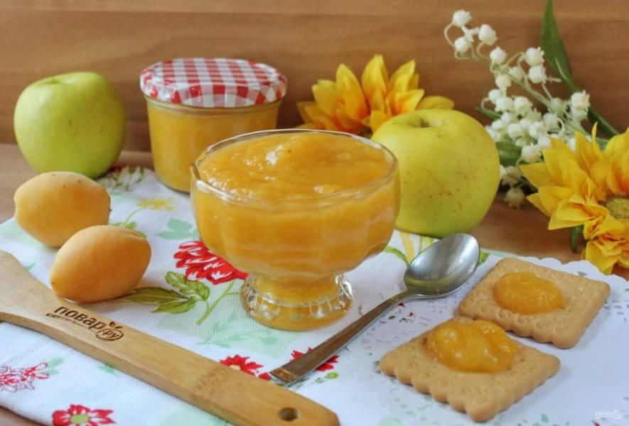 Яблочно-абрикосовый джем готов. Разложите в стерилизованные баночки и храните джем в прохладном месте.