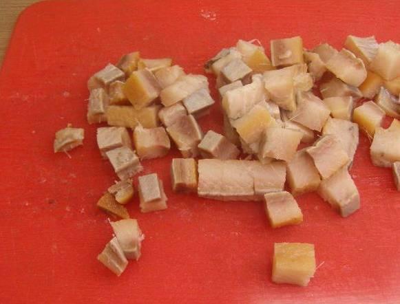 2. Селедку тоже нарезаем. Отправим к картофелю.