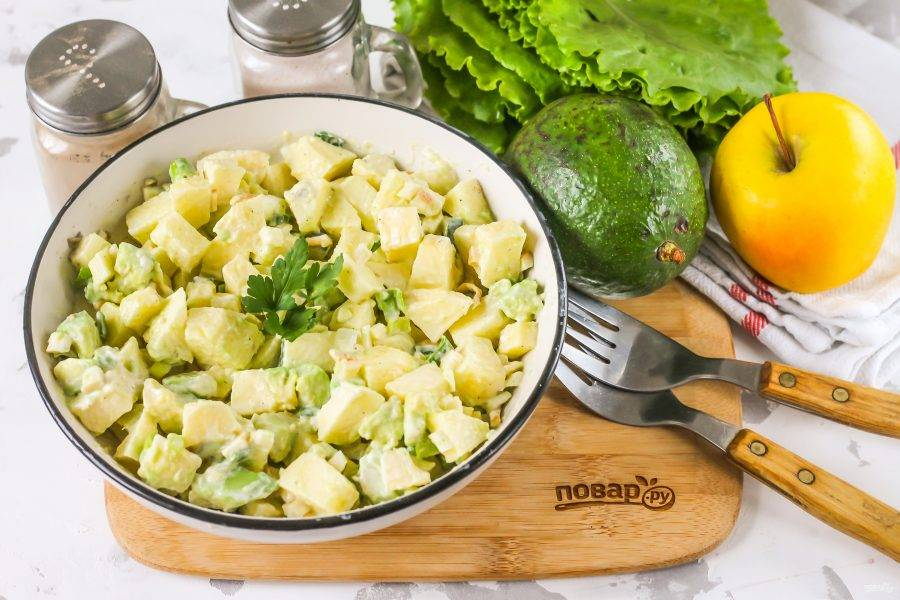 Подайте салат к столу сразу же после его приготовления, пока в нем содержится максимальное количество витаминов и микроэлементов.