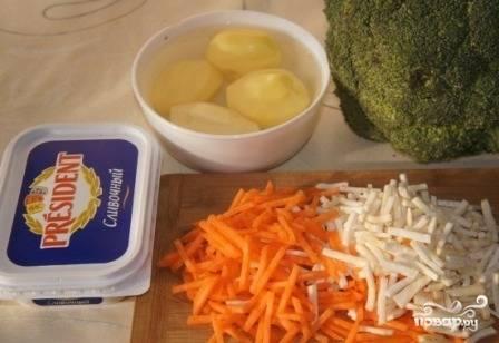 А пока займемся остальными ингредиентами. почистим все овощи. Нарежем корень сельдерея и морковку тонкой соломкой и слегка обжарим на растительном масле.