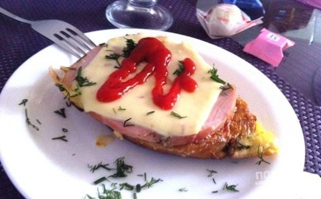 Дайте расплавиться сыру под крышкой одну минутку. Бутерброды готовы! Сытного вам завтрака!