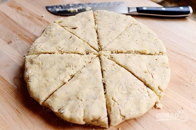 5. Раскатайте тесто в круг толщиной в 2 см и нарежьте на порционные кусочки. Выпекайте сконы 20-25 минут при температуре 180 градусов.