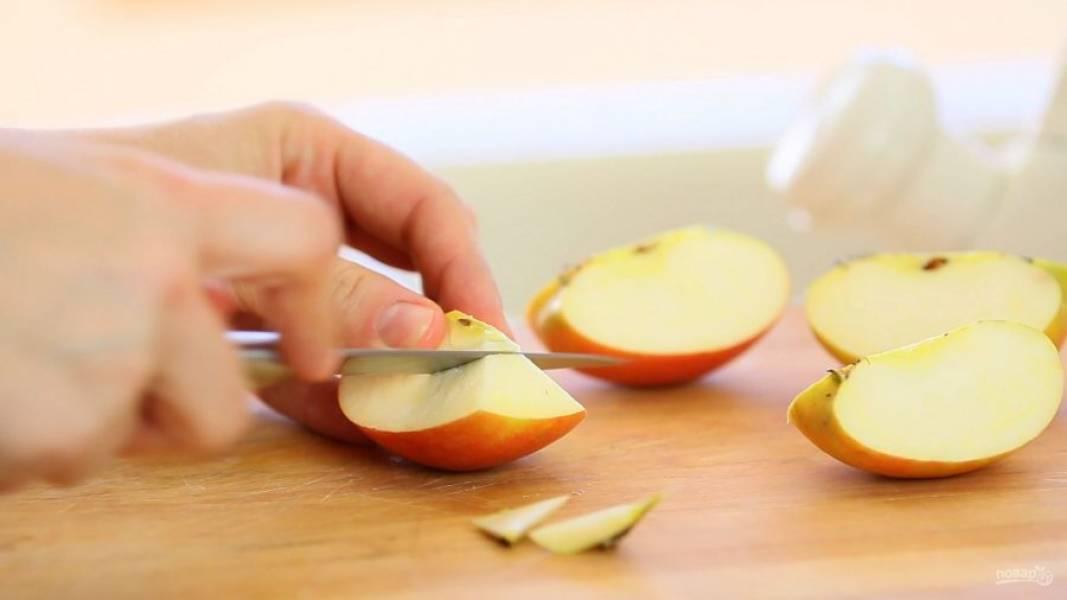 1. Из яблок удалите сердцевину, а потом нарежьте плоды средними кусочками.