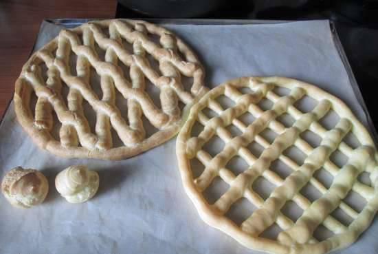 5. Тесто получается эластичным и хорошо поддается лепке. Для пирога я  добавляю немного больше муки, чем обычно, а если вы готовите эклеры - воспользуйтесь кондитерским шприцем и соблюдайте рецептуру (такая консистенция теста будет идеальной для приготовления заварных пирожных).