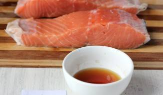 2. Опускаем каждый кусок в жидкий дым и даем немного рыбе полежать в нем (не более 5 минут).