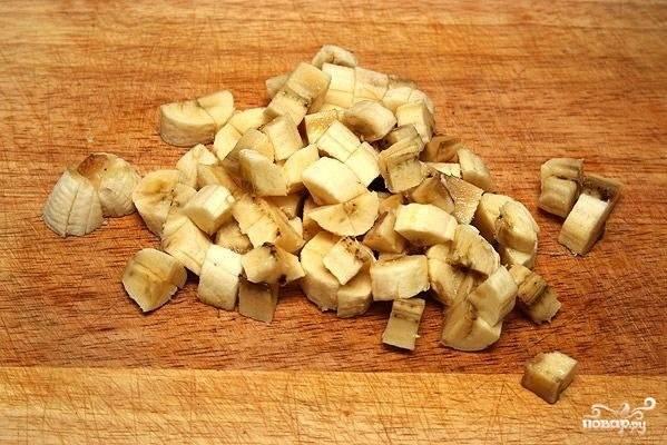 Мелкими кубиками нарезаем банан и замешиваем  его в творожную смесь.