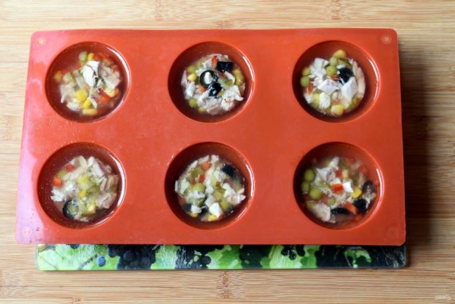 Достаньте застывшую мясо-овощную смесь их морозилки и переложите ее в формочки большего размера. Залейте доверху бульоном с желатином и снова уберите в морозилку. Проверяйте, чтобы не замерзло , а лишь схватилось.