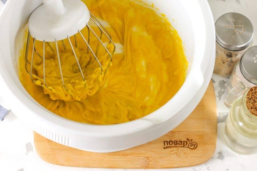 Тонкой струйкой начните вливать качественное растительное масло: оливковое, подсолнечное, кунжутное, но без яркого аромата. Не торопитесь, очень важно все делать постепенно, чтобы при каждом взбивании масло вмешивалось.