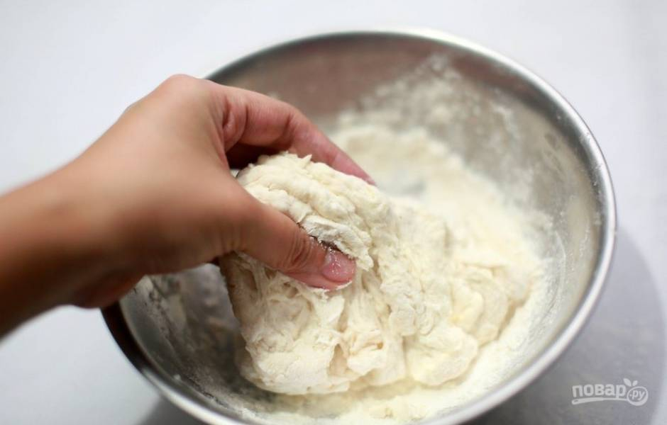 Отлючите миксер и помесите тесто еще руками 5 минут. Если у вас нет миксера, вымешивайте тесто руками в течение 20 минут.