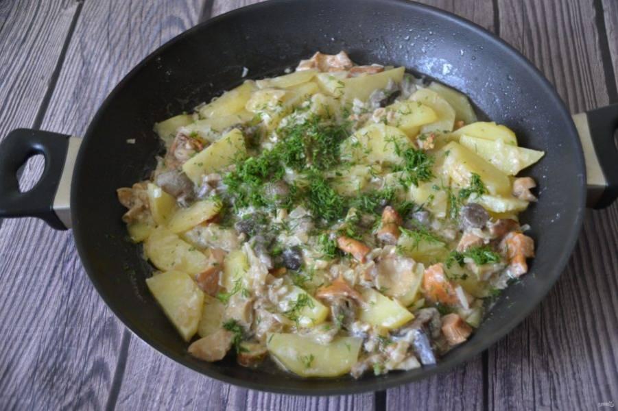 Готовую картошку с грибами посыпьте зеленью и подавайте к столу.