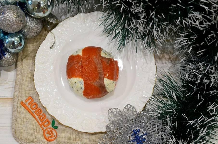 8. Переверните на тарелку, уберите пленку и подавайте к столу. Приятного аппетита!