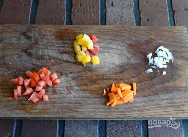 2. Следом - другие овощи по вкусу. В данном случае это небольшое количество лука, сладкого перца, моркови и помидора.