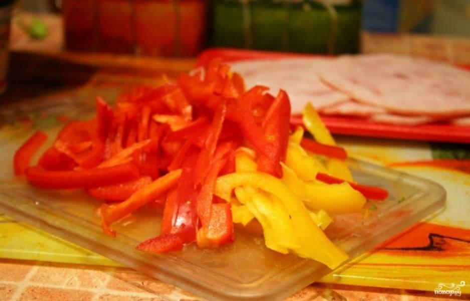 Красный и желтый болгарские перцы порежьте тонкой соломкой. Укроп мелко порубите и размешайте с плавленым сыром.