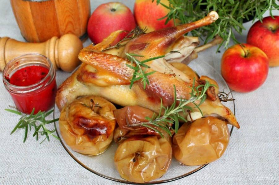 Цыпленок готов. Поливаем его подливой, которая образовалась в рукаве. Подаем вместе с яблоками.