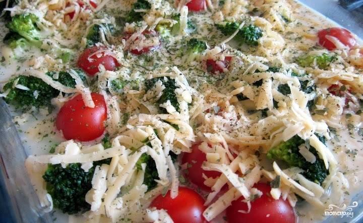Засыпьте овощи тертым на мелкой терке сыром и мелко нарубленной зеленью.