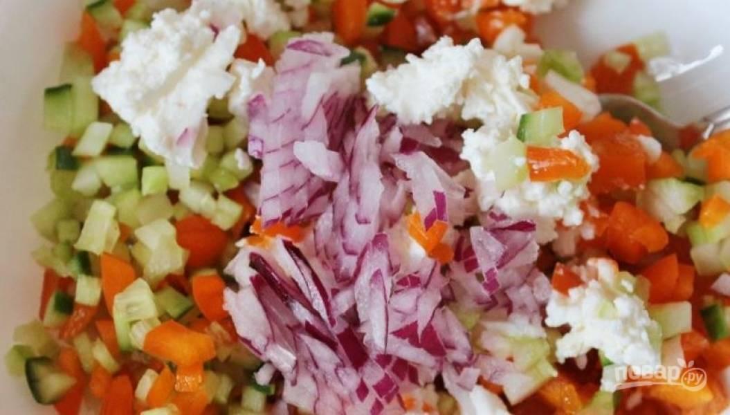 Переложите все ингредиенты в миску, заправьте лимонно-мятным соусом. Добавьте мелко нарубленный красный сладкий лук, тщательно все перемешайте и поставьте салат в холодильник. Подавайте, украсив свежим орегано.