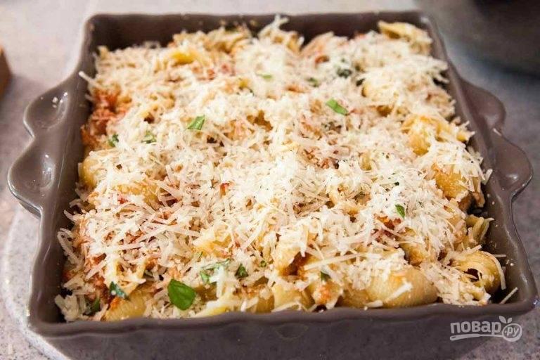 3.Выложите все содержимое в форму для запекания и посыпьте тертым сыром, запекайте в разогретом до 180 градусов духовом шкафу 5-7 минут, чтобы сыр расплавился.