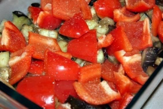 Форму для запекания смазываем маслом, выкладываем в нее баклажаны, солим и перчим по вкусу. Далее кладем перец и грибы. Снова солим и перчим по вкусу, затем перемешиваем.