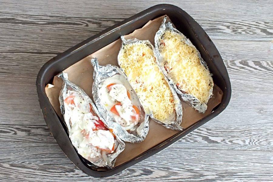 Помидоры смажьте опять сметаной, если необходимо еще раз посолите, посыпьте перцем. Разложите натертый на мелкой терке сыр.
