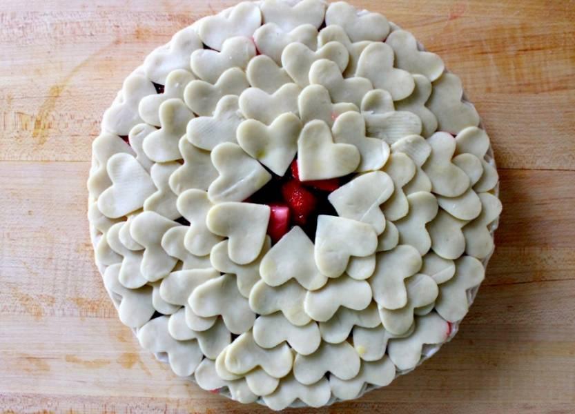 6. В серединке нужно оставить небольшое отверстие для выхода пара, чтобы клубничный пирог из слоеного теста в домашних условиях не был влажным внутри. Смазать верх взбитым желтком и отправить форму в разогретую духовку минут на 20-25.