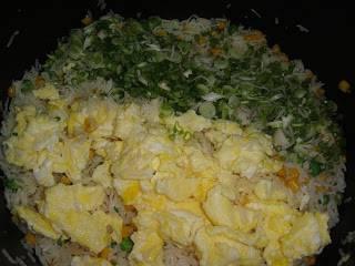 Добавьте яйца и лук. Осторожно перемешайте и доведите до готовности.