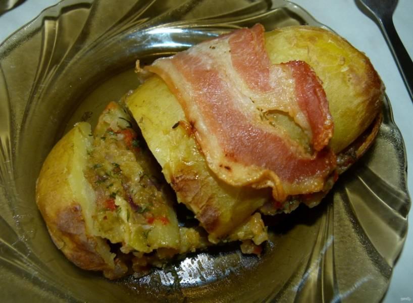 14.Выпекаю картошку в разогретом до 200 градусов духовом шкафу около 15 минут, до румяной корочки у бекона. Подаю картошку горячей.