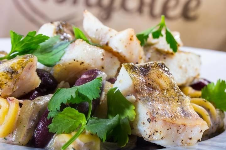Готового судака под соусом поливаем сливочным соусом, выкладываем пасту кругом. Можно украсить блюдо зеленью. Приятного аппетита!