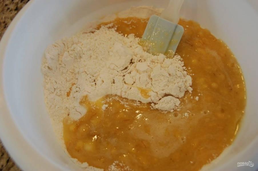 5.Соедините сухие ингредиенты с влажными, не взбивайте все миксером, а просто перемешайте лопаткой.
