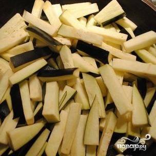 В сковороде разогреваем оливковое масло, кладем туда нарезанные баклажаны, солим.