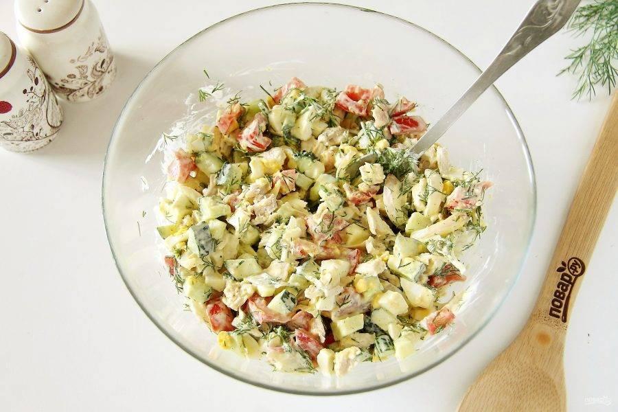 Заправьте салат майонезом, добавьте соль по вкусу и все хорошо перемешайте. Салат с куриной грудкой и маринованным луком готов.
