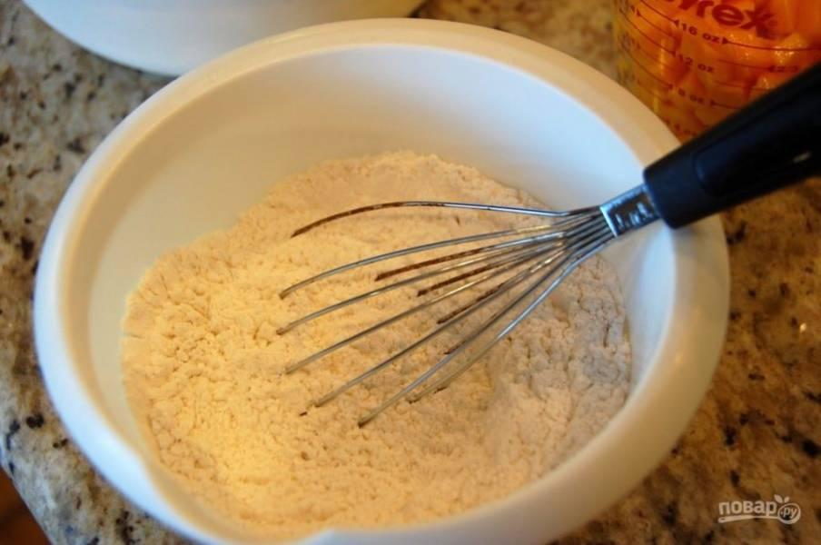 1.Просейте муку, добавьте к ней соль, разрыхлитель и перемешайте.
