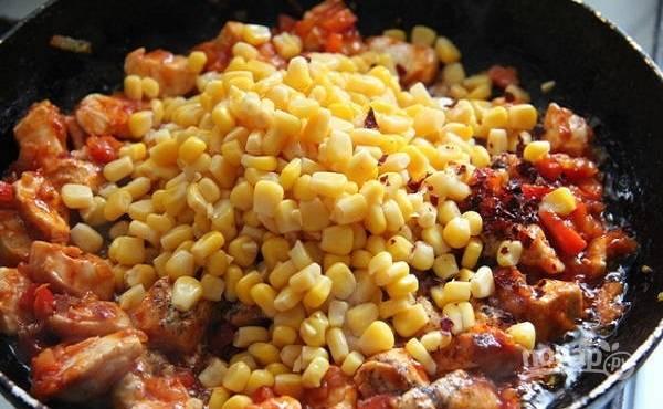 3. Добавьте томатный соус, аккуратно перемешайте. Выложите консервированную кукурузу на сковороду и через пару минут можно снимать заготовку с огня. Параллельно доведите до кипения воду или бульон в кастрюле.