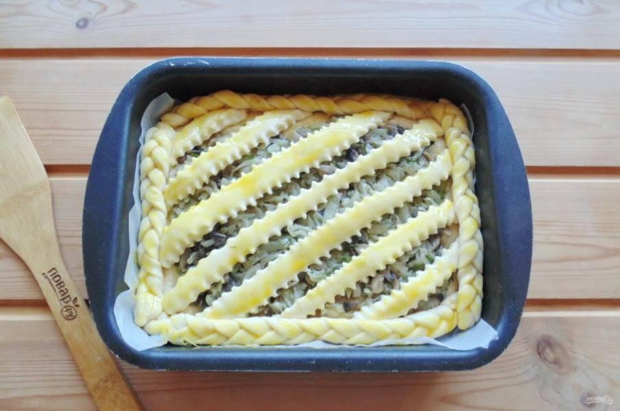 Дайте пирогу постоять при комнатной температуре 25-30 минут, предварительно накрыв его пищевой пленкой или полотенцем. После смажьте яйцом и отправьте в духовку.
