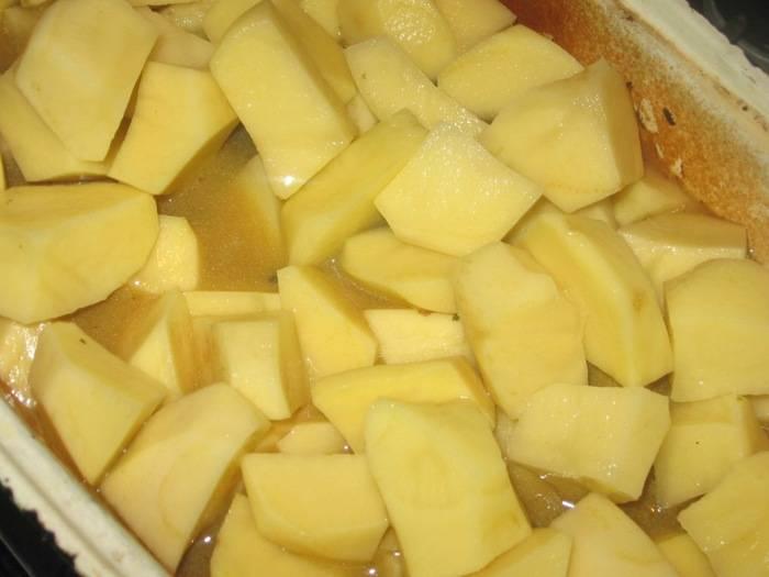 4. Картофель очистить, вымыт и нарезать небольшими кубиками. При желании его можно отварить предварительно около 10 минут (в этот простой рецепт жаркого из утки в духовке используется сырой). Выложить в утятницу и залить бульоном. Если под рукой нет бульона, то можно взять воду, однако предварительно ее нужно посолить по вкусу.