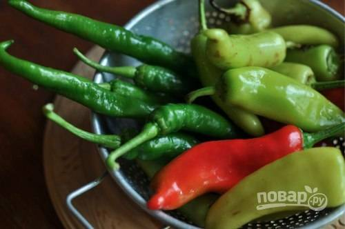 1.Возьмите перец разных цветов или одноцветный (по желанию). Вымойте его хорошенько и вытрите насухо.
