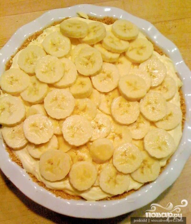 4.Ложкой выложить половину массы на корж на блюде, густо покрыть этот слой кружочками бананов.