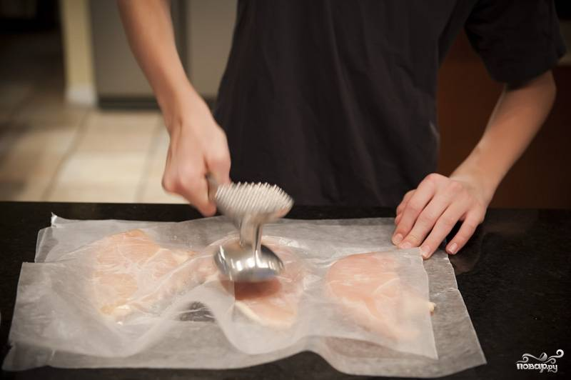 Отбиваем куриные грудки, чтобы они были одинаковой толщины.