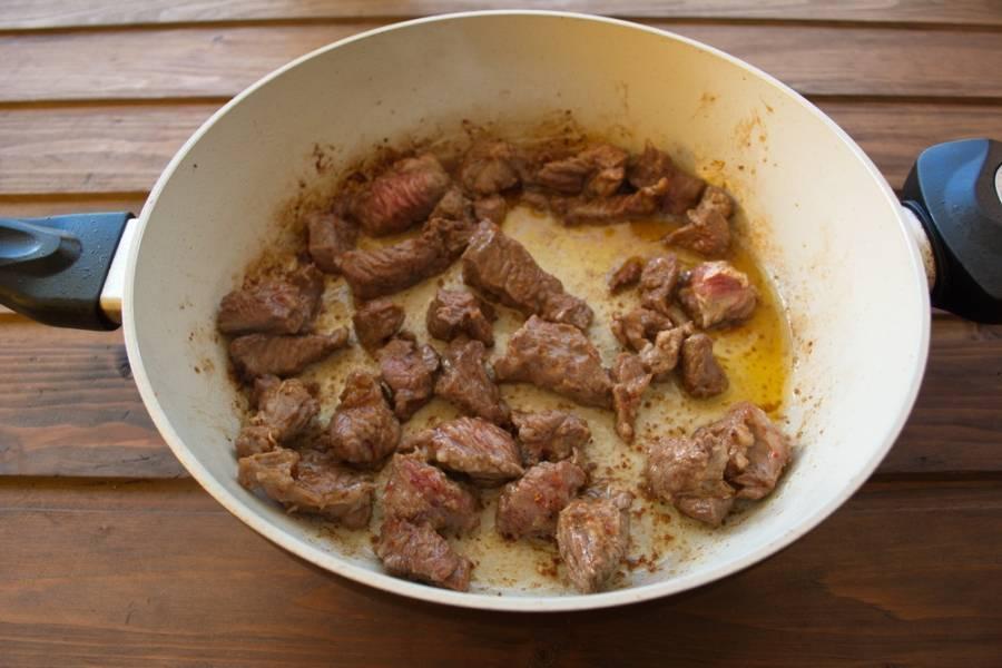 На хорошо разогретой сковороде с растительным маслом обжариваем мясо со всех сторон.