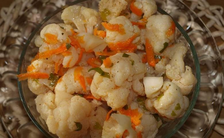 Маринованная капуста - прекрасная основа для салатов. Приятного аппетита!