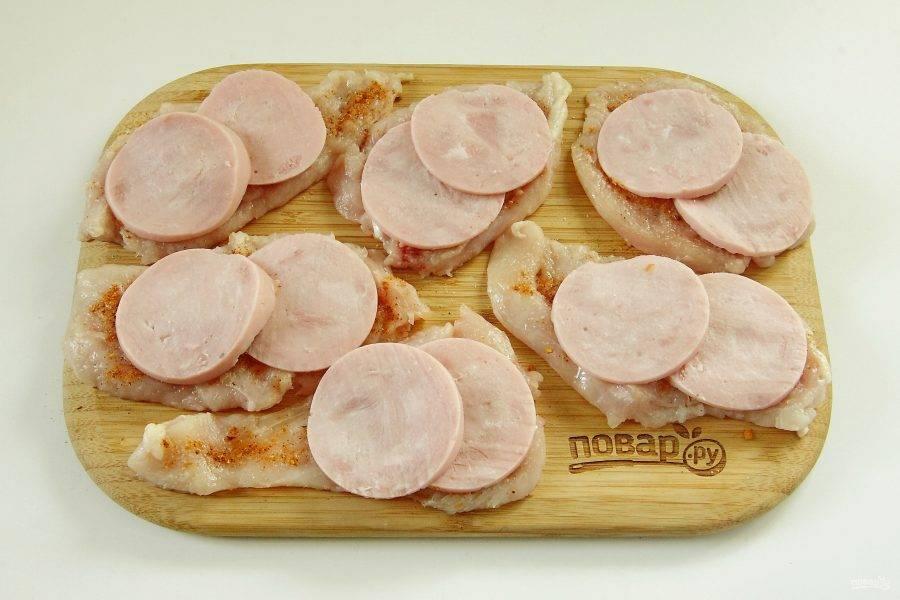 3. Ветчину нарежьте максимально тонкими кружочками и выложите внахлест на отбитое филе по две штуки на порцию.