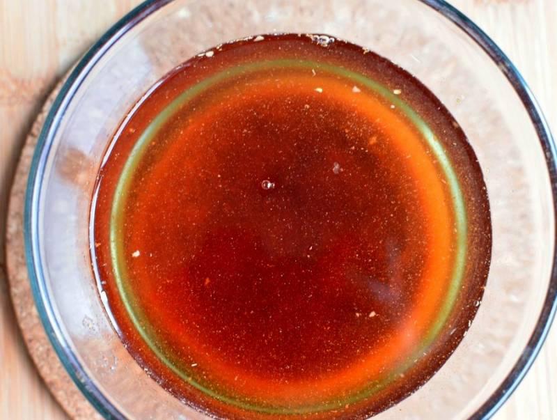 Растворите в миске горячую воду – литр – добавьте в нее мед, соль и паприку. Хорошо размешайте и влейте в чашу с чолнтом. По факту долейте горячей воды столько, чтобы она покрыла содержимое чаши на 3-4 см.
