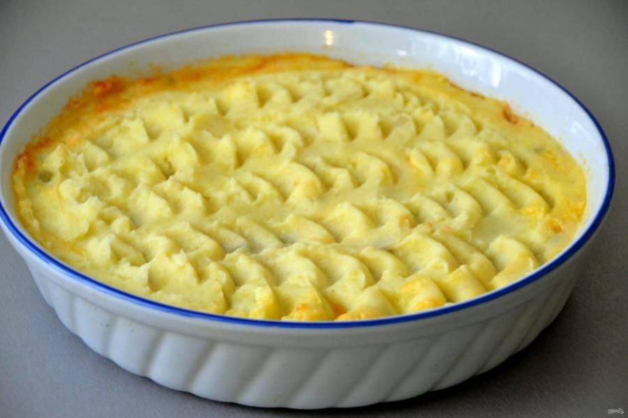 """Сверху выложите картофельное пюре, ложкой нанесите """"волну"""", отправьте пирог в духовку при температуре 180-200 градусов на 25-30 минут."""