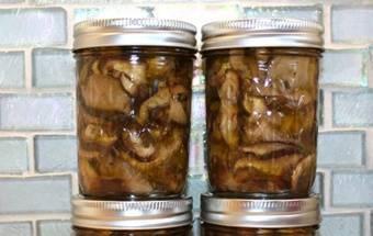 Жареные грибы раскладываем в стерилизованные баночки и заливаем маслом, на котором они жарились. Закрываем банки крышками, даем остыть и отправляем храниться в холодильник. Приятного аппетита!